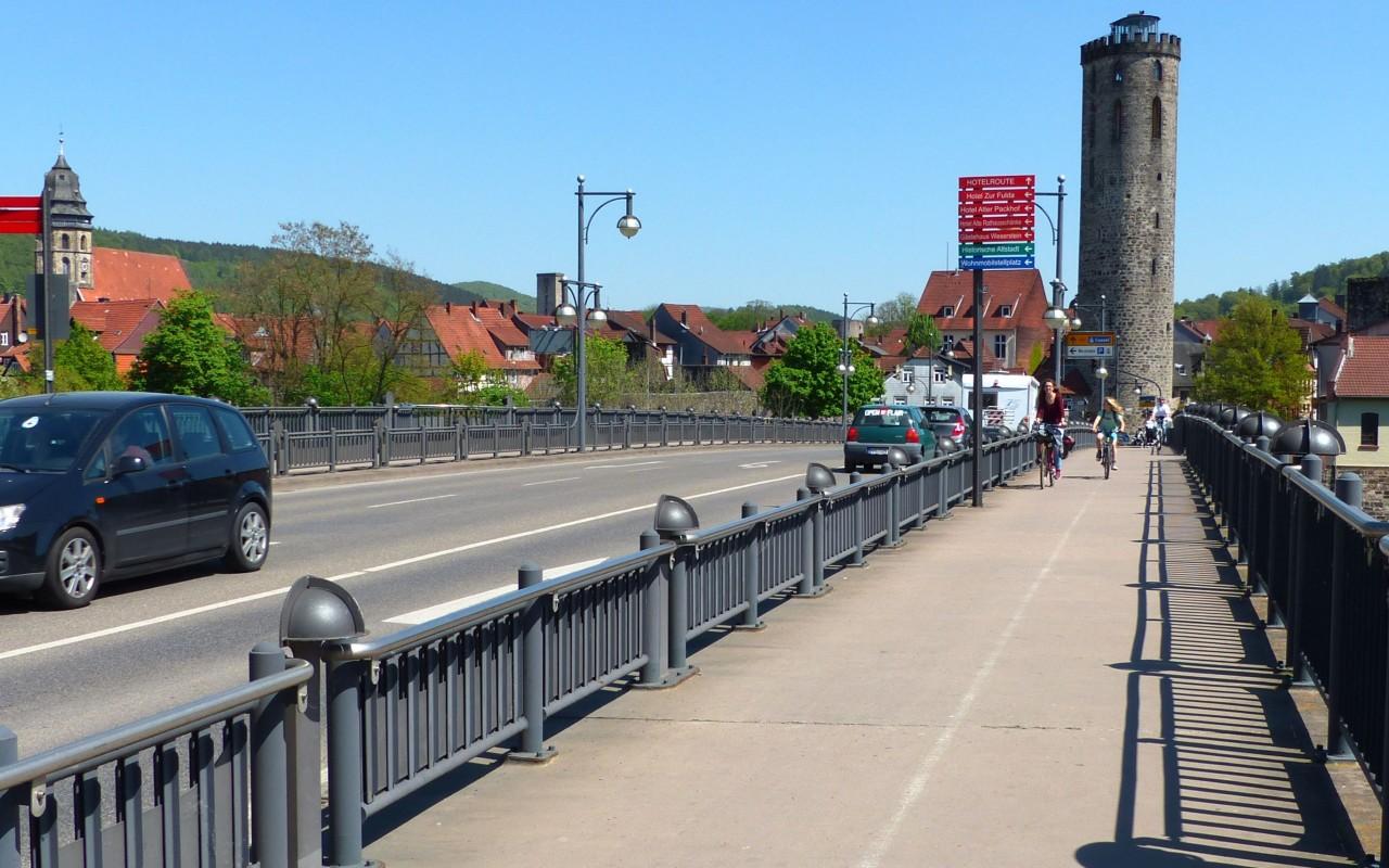 Ein Radweg auf der Pionierbrücke in Hannoversch Münden
