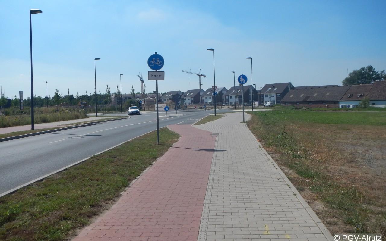 Zufahrt eines Kreisverkehrsplatzes in Meerbusch