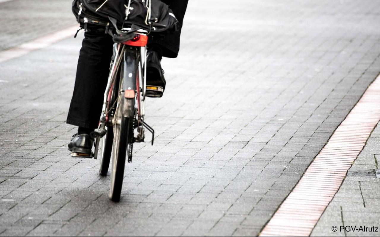Bild eines Fahrrades samt Fahrer in Kurvenfahrt