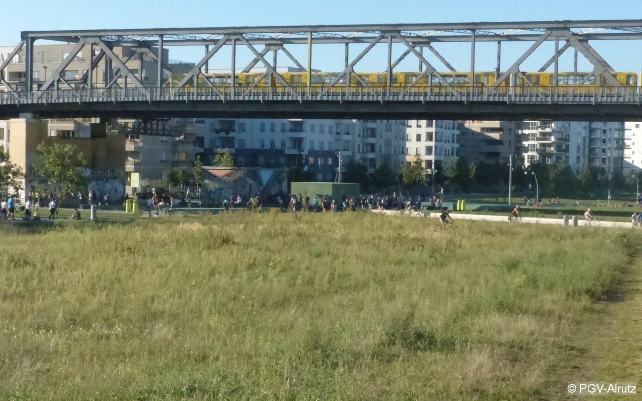 Park am Gleisdreieck West, mit Viadukt der U1