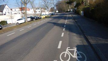 Fahrbahn mit beidseitigen Schutzstreifen, ohne Mittelmarkierung